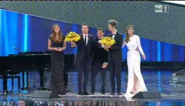 Foto conduttori sul palco di Sanremo 2011
