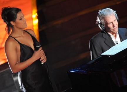 Foto di Karima e Burt Bacharach sul palco dell'Ariston