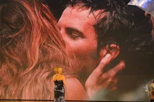 Nina Moric e Laerte Pappalardo si baciano sull'Isola dei Famosi