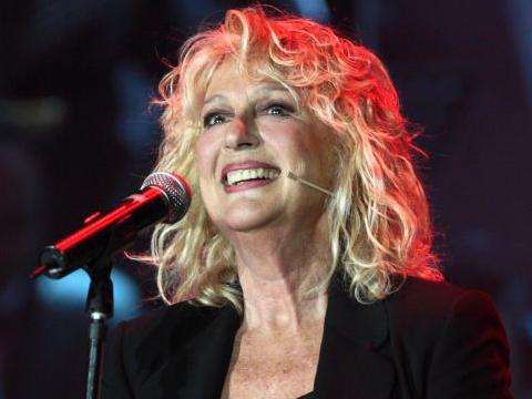 loretta goggi durante un concerto