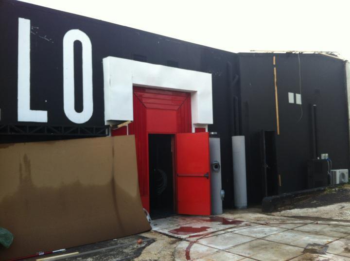 Foto Facebook di Alessia Marcuzzi, ecco la porta rossa