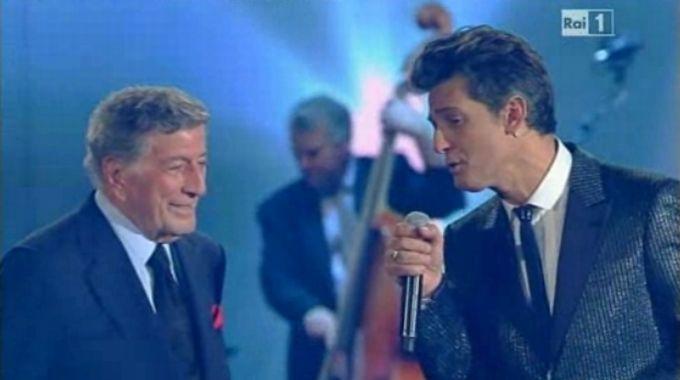 Foto di Fiorello mentre canta con Tony Bennet