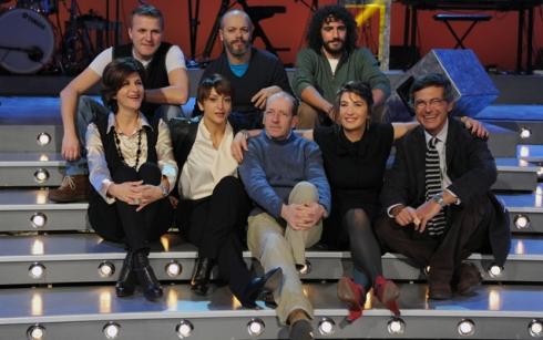Serena Dandini insieme al cast di the show must go off