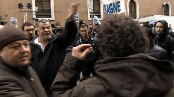 Roma, aggressione alla troupe di Santoro