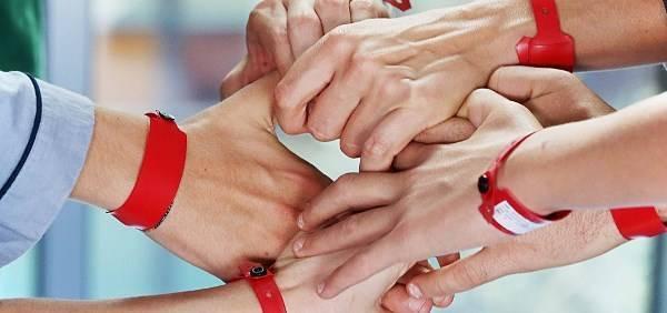 foto braccialetti rossi incrocio mani