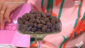 foto confetti mandorle e cioccolato