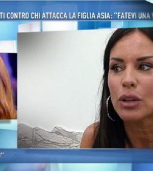 Foto Antonella Mosetti contro Karina Cascella