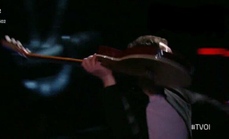 foto cantante lancia chitarra