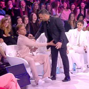 foto Ricky Martin tocca le parti intime di amedeo