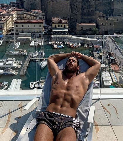 foto Can Yaman a Napoli
