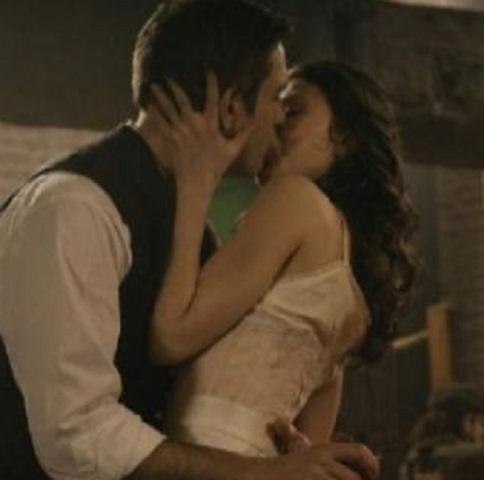 foto Una Vita Telmo e Lucia bacio