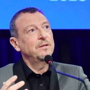 foto amadeus conferenza stampa sanremo 2020 polemiche replica