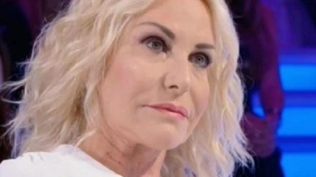 Antonella Clerici preoccupata: prova a guardare oltre, ma non è facile