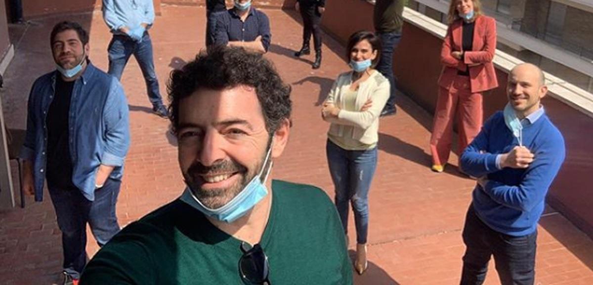 foto di Alberto Matano con lo staff de La vita in diretta