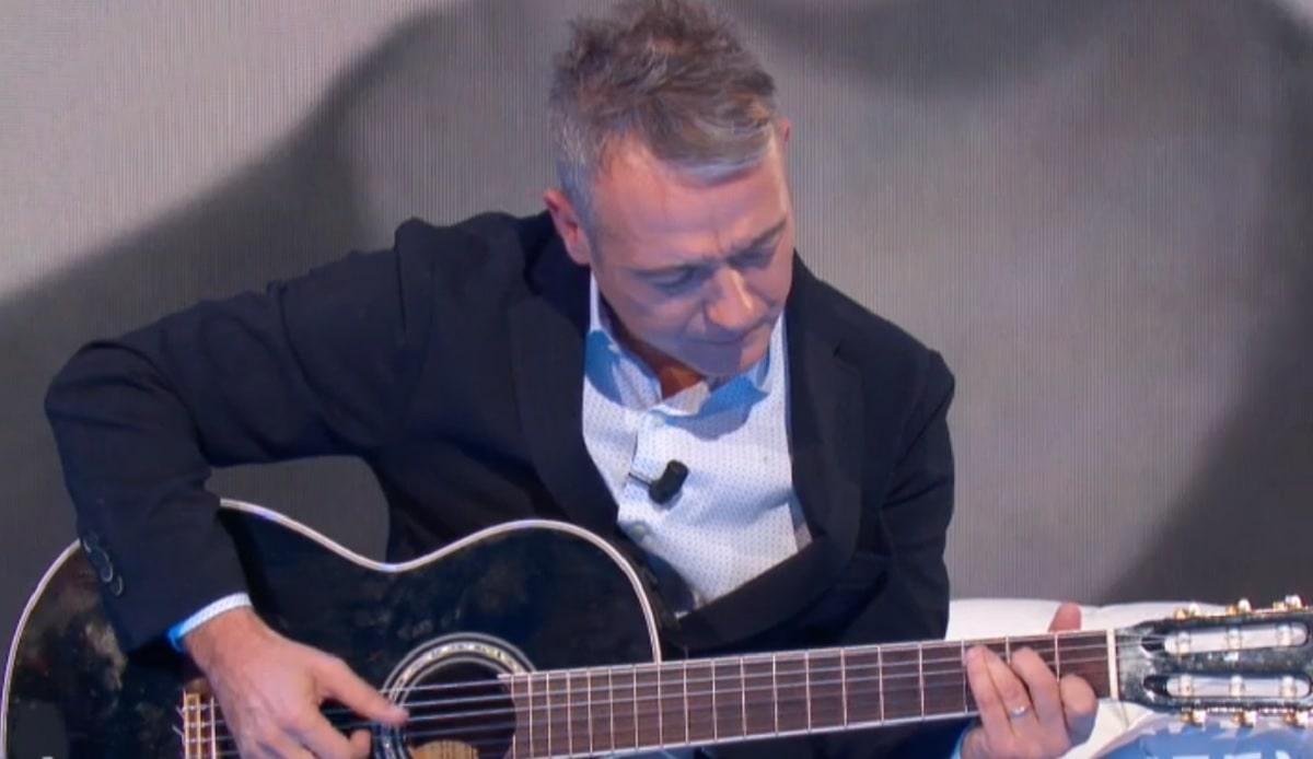 foto di Pierluigi Diaco alla chitarra
