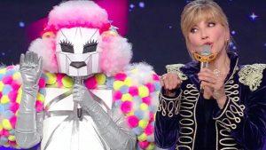foto Milly Carlucci cantante mascherato 2021
