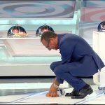 """Carlo Conti gaffe nell'ultima puntata di Top 10: """"Volevo farla vedere"""""""