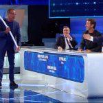 """Top 10, Sergio Friscia rompe la scenografia. Carlo Conti: """"È distrutta"""""""