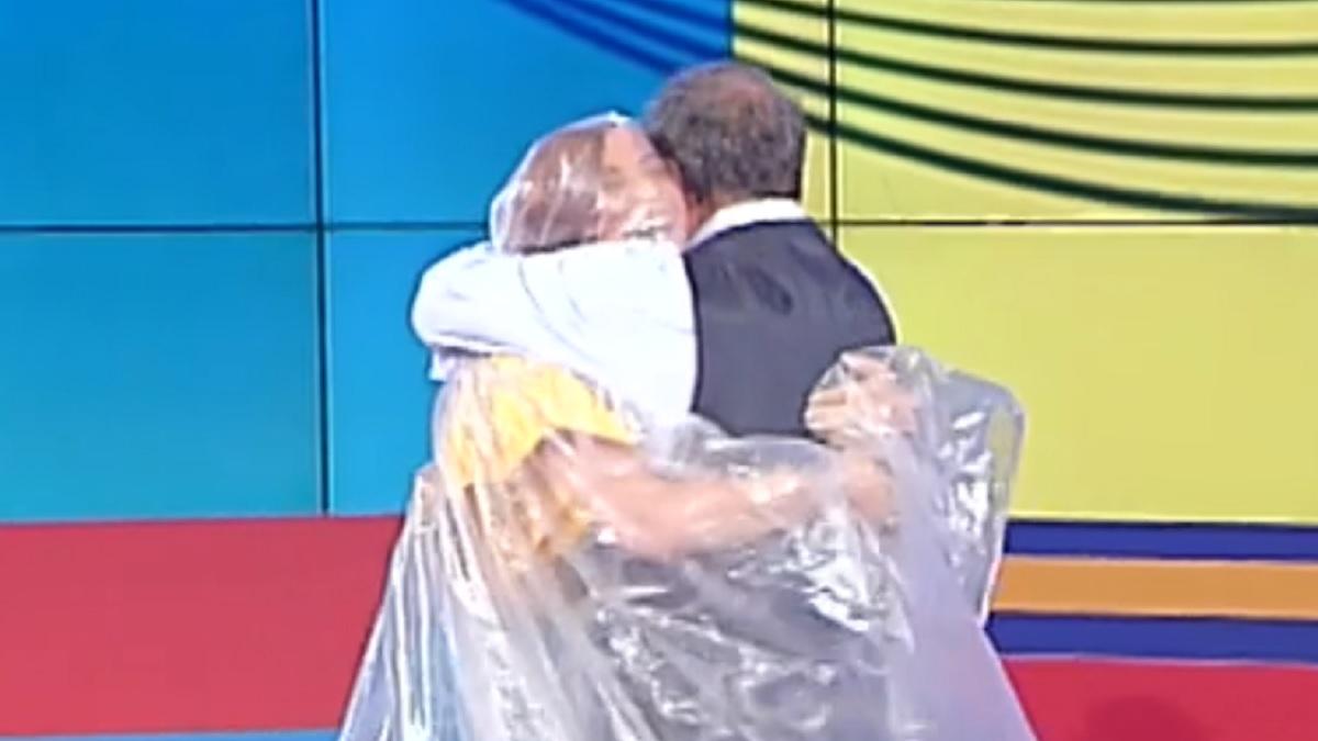 Andrea Delogu e Marcello Masi si abbracciano durante l'ultima puntata de La vita in diretta Estate