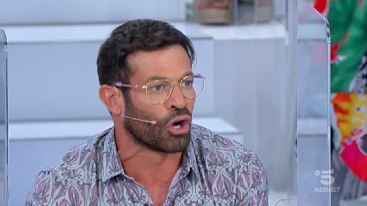"""Uomini e Donne, Gianni Sperti criticato da Aurora: """"Parli per dare fiato""""   LaNostraTv"""