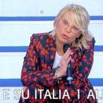 """Uomini e Donne, Maria De Filippi annuncia: """"Tina Cipollari sta male"""""""