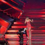 "Elodie ha un imprevisto a Sanremo. Amadeus: ""Caduto l'orecchino"""