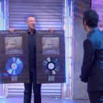 Soliti Ignoti: Amadeus consegna il disco di platino a Colapesce e Dimartino