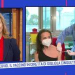 """Gigliola Cinquetti vaccinata in diretta con AstraZeneca: """"Un privilegio"""""""